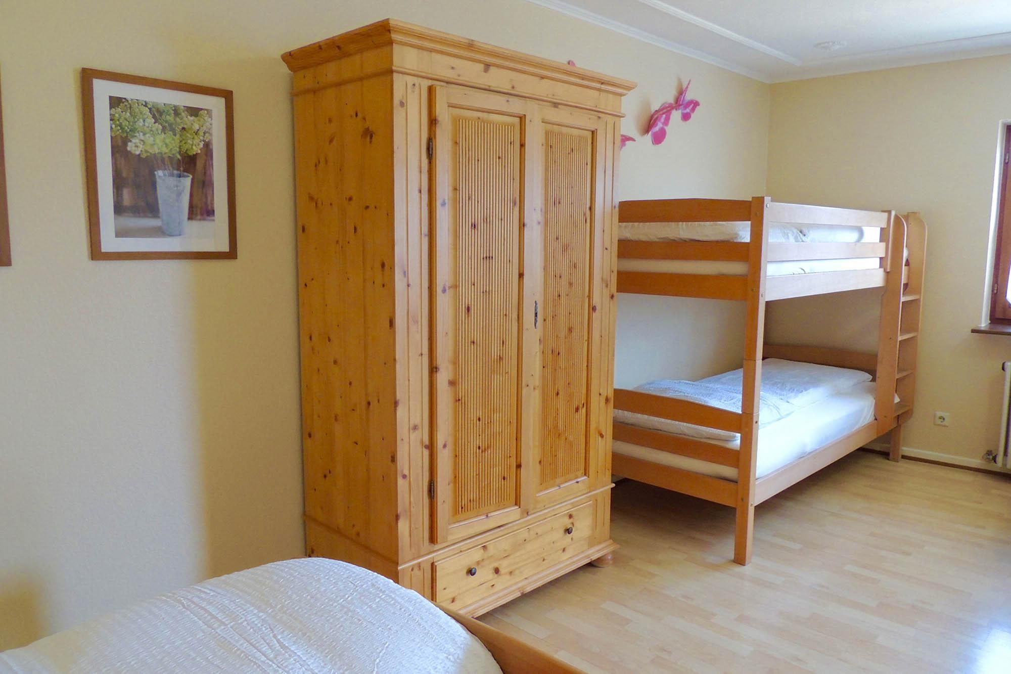 Schlafzimmer mit 3 Betten der Ferienwohnung beim Europapark Rust
