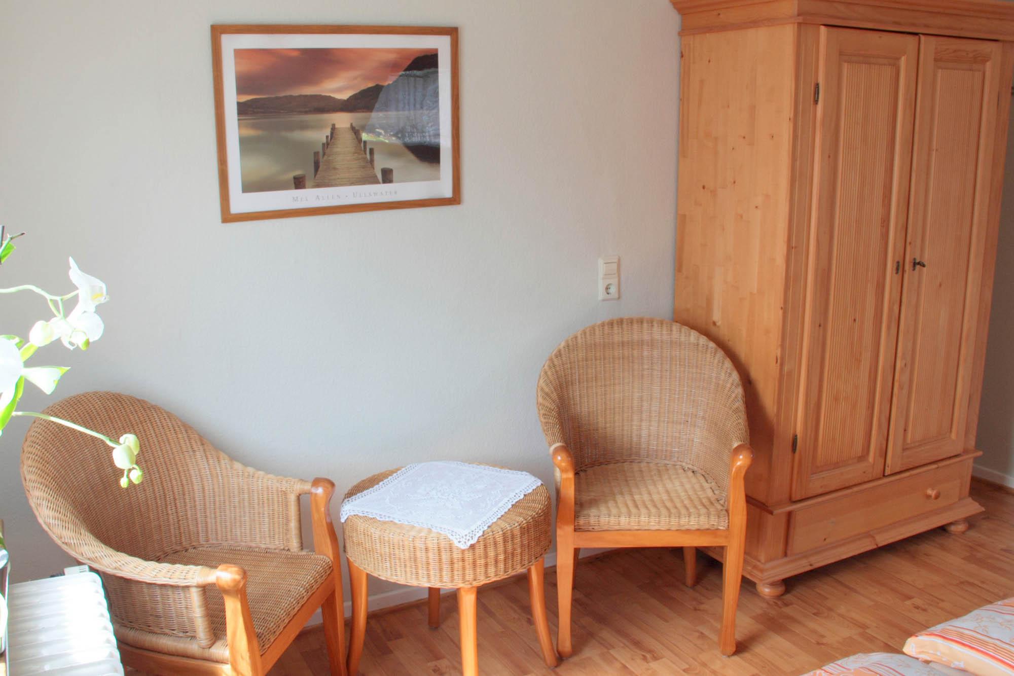 Sitzgelegenheit in einem Zimmer der Ferienwohnung beim Europapark Rust