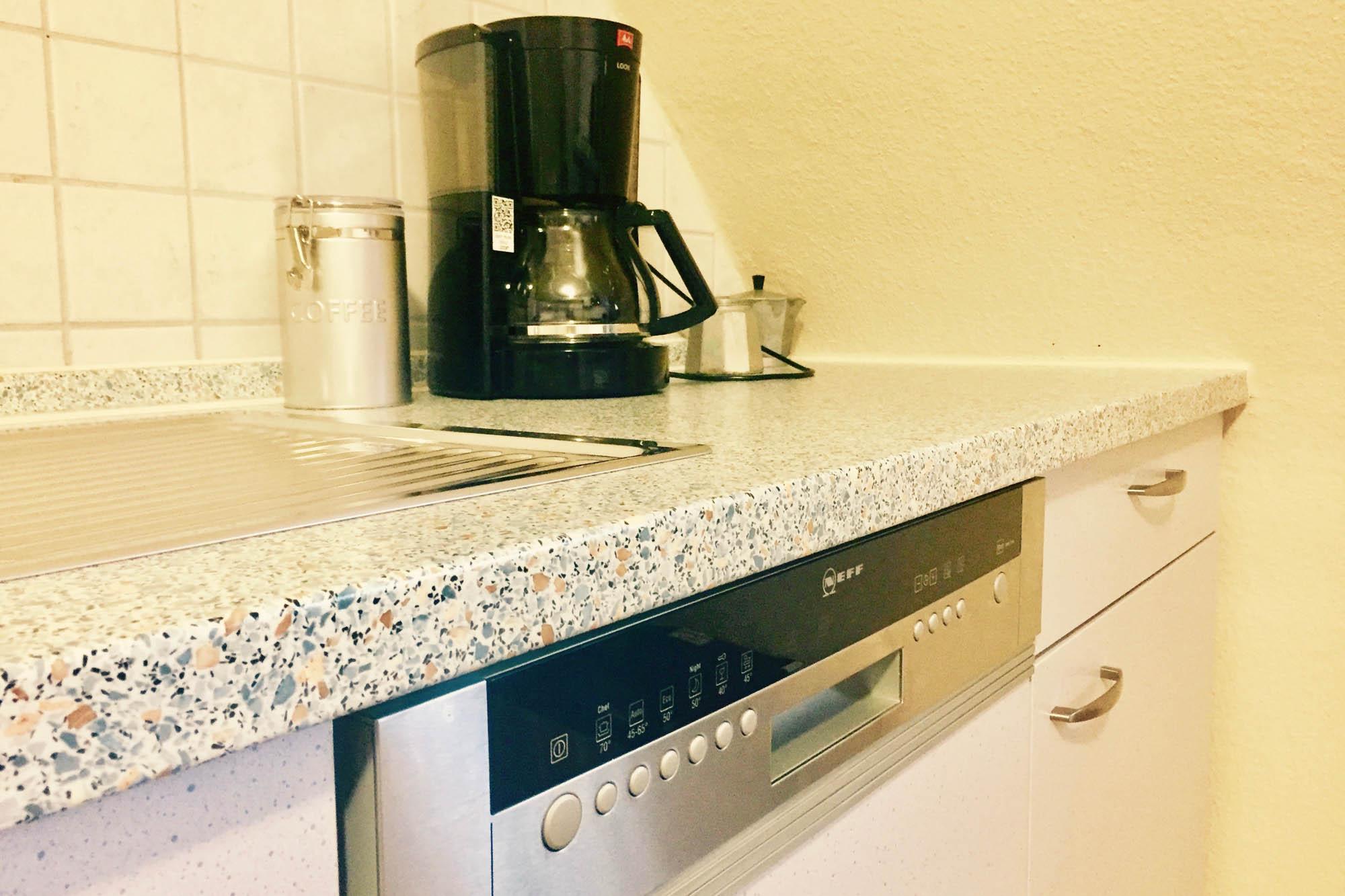 Küche, Kochfeld und Kaffeemaschine der Ferienwohnung bitto beim Europapark