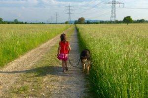 Mädchen mit Hund in der nähe vom Europapark Rust